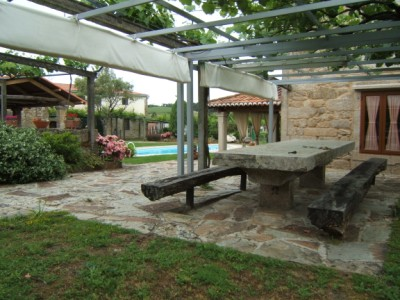 Outdoor_dining_area_with_stone_table